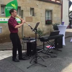 Julian Schmitz beim Liveauftritt an einer Trauung